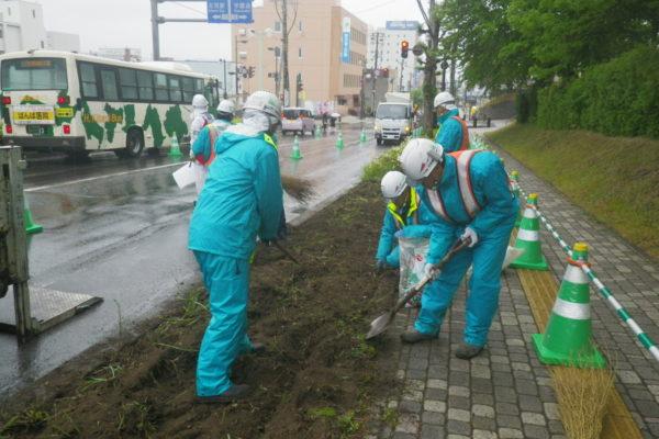 市内中心部の花壇植栽活動を実施しました。