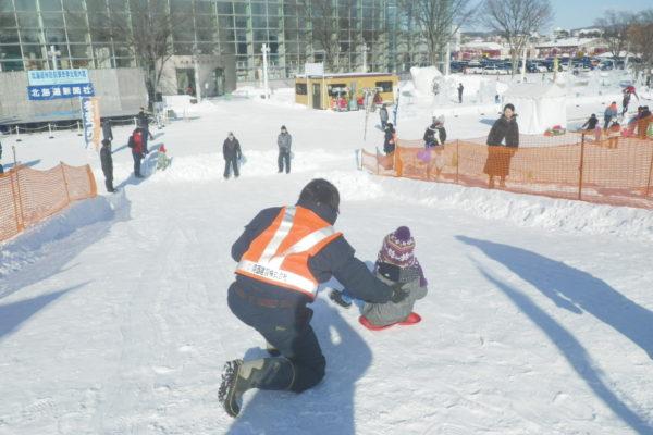 第49回北見冬祭り 会場警備(雪山の滑り台)