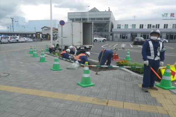市内中心部の花壇の清掃と植栽を実施。